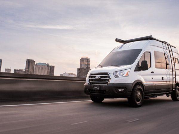 นักเล่าเรื่อง Overland เปลี่ยนการขนส่งของ Ford ให้กลายเป็น Camper Van ที่แสวงหาการผจญภัย